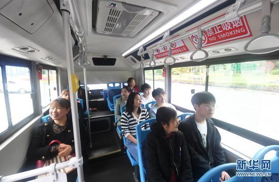 4月12日,乘客乘坐自动驾驶公交车出行。