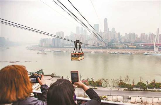 """长江索道建于上世纪80年代,如今成了外地游客必到拍照的""""网红""""景区。"""