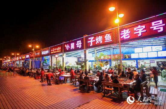 """万州心连心广场的""""烤鱼一条街""""。何超 摄"""