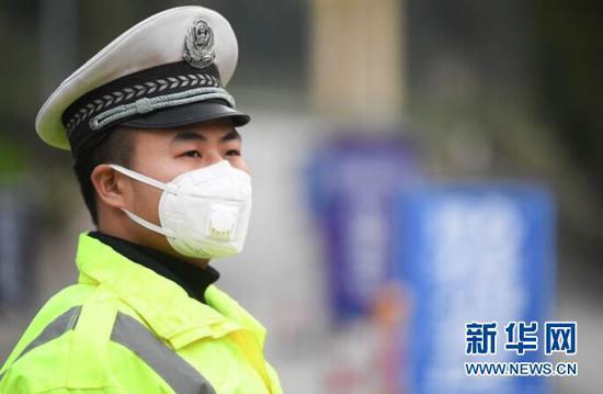 2月3日,一名交巡警正在重庆万州区龙驹镇执勤。新华社记者王全超摄