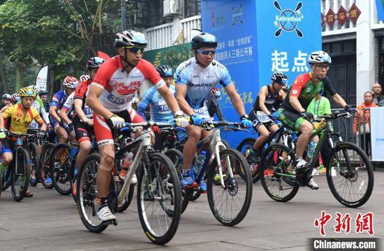 图为2019重庆国际划骑跑铁人三项公开赛开赛。 周毅 摄