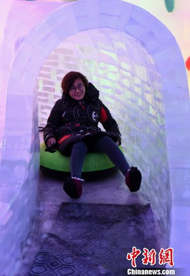 图为市民在冰雪乐园里玩耍。 周毅 摄