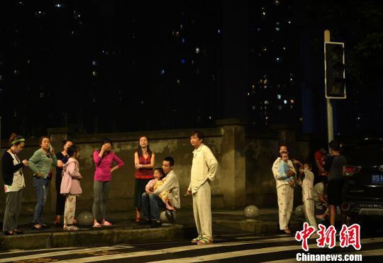 图为四川长宁县6.0级地震发生后众多重庆市民在户外空旷处避险。 陈超 摄