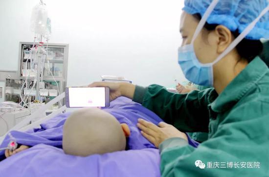 术前护士给小羊放动画片进行安抚