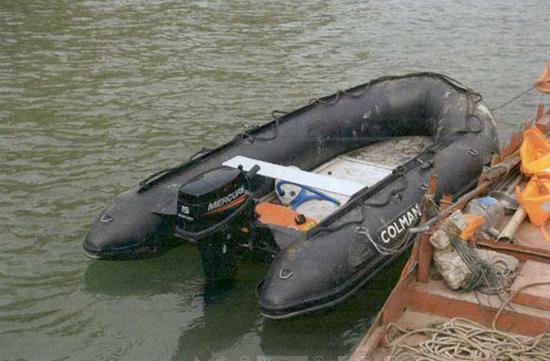 事发当日两人乘坐的橡皮艇。