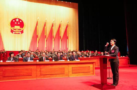 新当选的市监察委员会主任穆红玉在与会全体代表的见证下面向国旗宣誓。