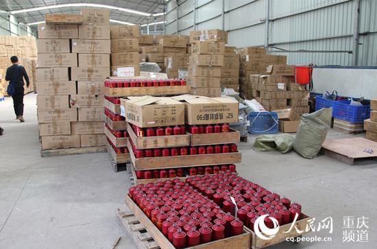 警方查扣假冒品牌白酒酒瓶100万余瓶。江北警方供图