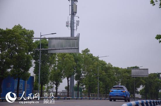 渝北区仙桃数据谷通过5G远程驾驶行驶中的车辆。重庆电信供图