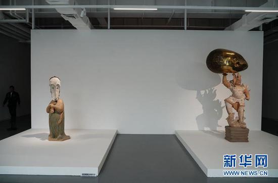 """图为""""临界""""艺术展上展出的雕塑作品。新华网 韩梦霖 摄"""