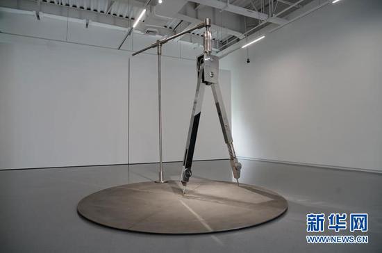 """图为""""临界""""艺术展上展出的王鲁炎的作品《W圆规》。新华网 韩梦霖 摄"""