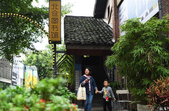 10月8日,游客在北仓文创街区游览。