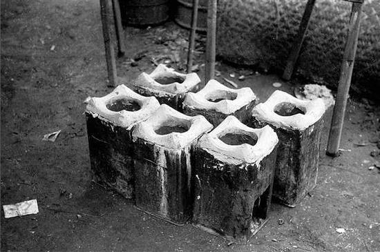 当地的铁匠们用五加仑的汽油罐子做的燃煤灶(重庆人吃火锅的炉子)。