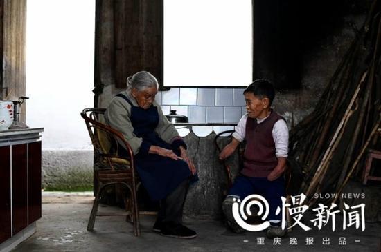 蔡冬凤和百岁母亲。