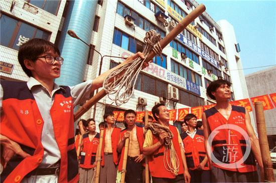 △公司成立之初,刘晓萧(左一)和棒棒们一起忙碌在搬运现场。