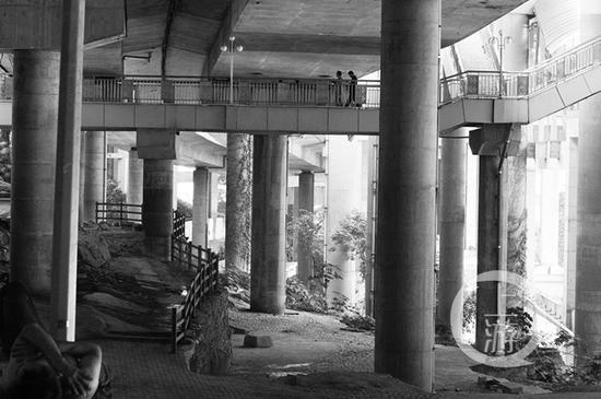 △公园利用建筑工程剩下的石头、柱子等边角料改造而成,颇具风格。