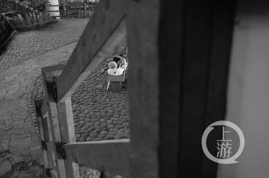△一市民在公园里休息。