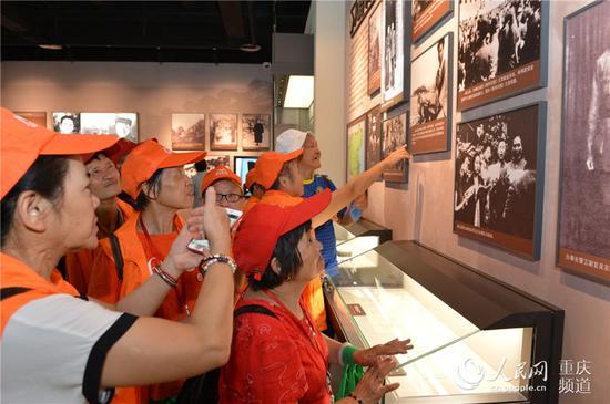"""9月3日,""""千秋红岩——中共中央南方局历史陈列""""升级版展览开展,图为市民参观展览。"""