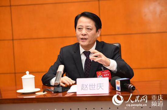 重庆市人大代表、长寿区委书记赵世庆回答记者提问。邹乐 摄