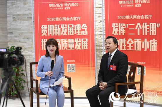 重庆市人大代表、荣昌区委书记曹清尧接受人民网专访。邹乐 摄