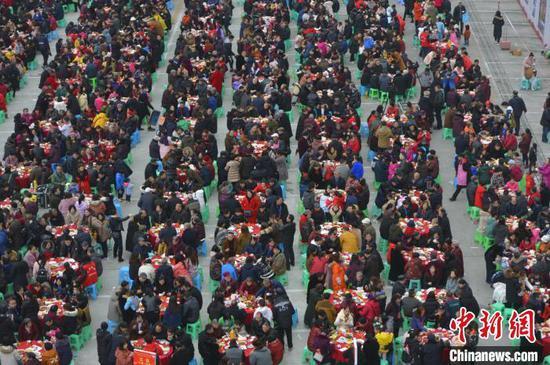 图为社区内600余户居民齐聚一堂,共享团年饭。 钟欣 摄