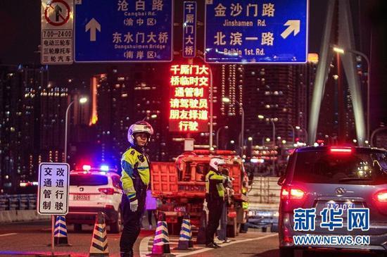 交巡警疏导路面交通。新华网发