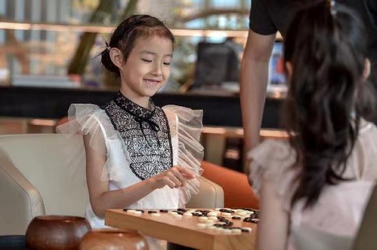 古力看女儿下棋
