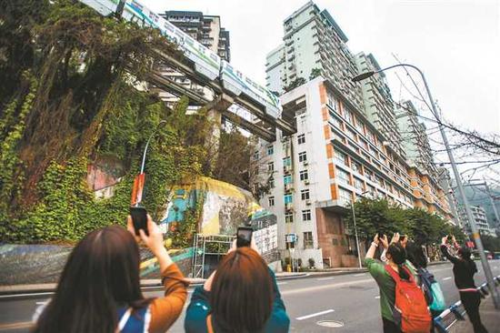 重庆轻轨2号线李子坝站,轻轨穿楼而过,现在成了热门旅游景点。