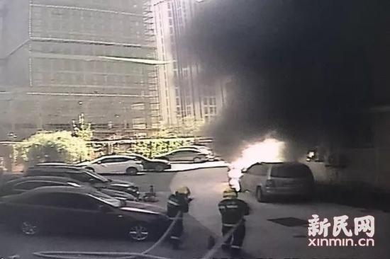 监控画面还原了起火的过程。新民晚报新民网 萧君玮 摄