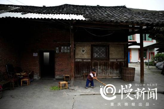 蔡冬凤很爱整洁,屋里屋外都打扫得十分干净整齐。