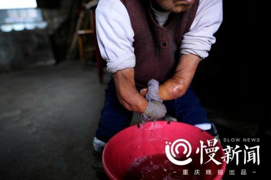 蔡冬凤为母亲拧干洗脸毛巾。