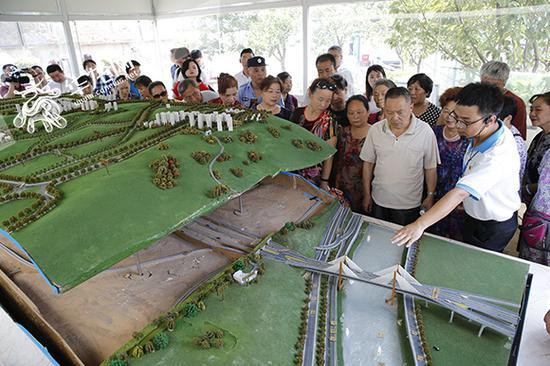 市民了解红岩村桥隧工程。记者 李文科 摄