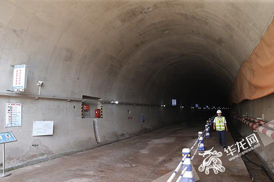 红岩村隧道施工进展顺利。记者 李文科 摄
