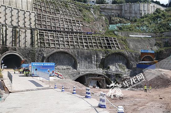 红岩村隧道施工现场。记者 李文科 摄