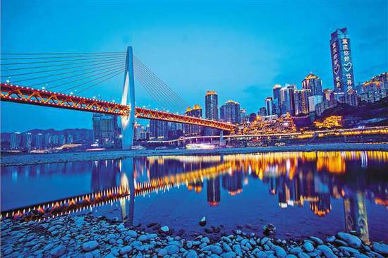 千厮门嘉陵江大桥和渝中区的高层建筑倒映在水面。(资料照片)记者 苏思 摄