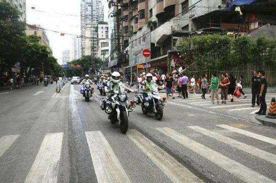 渝中交巡警加强巡逻,整治朝天门地区交通秩序。警方供图