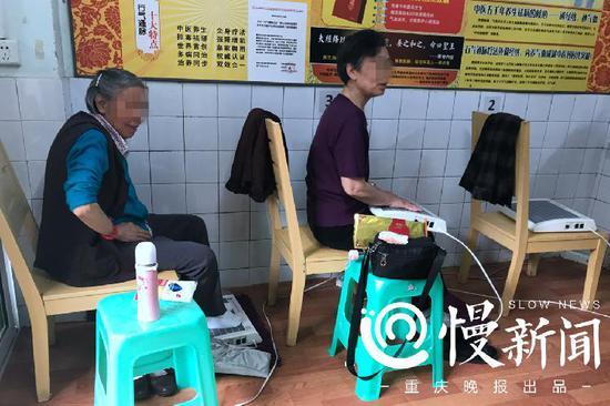 老人们正在免费使用行气通脉治疗仪