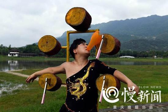 谢凤国投掷的飞斧准确地将气球砍破,蒋远涛毫发无伤。