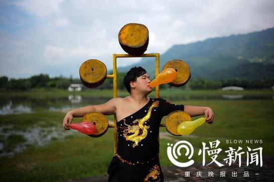 徒弟蒋远涛拿着气球,作为靶子。
