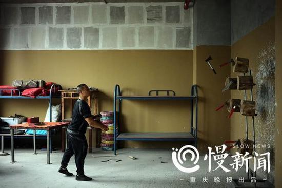 为了练就百发百中的飞斧绝技,13年来谢凤国每天都会在练功房里投掷飞斧。