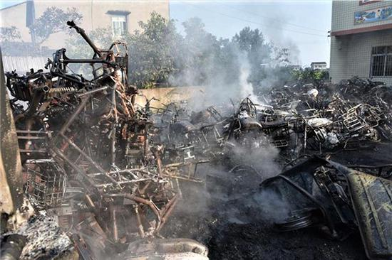 一二十辆的二手摩托车被烧毁。潼南消防供图 华龙网发