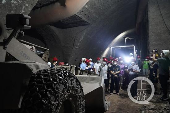 △市民参观建设中的轻轨隧道