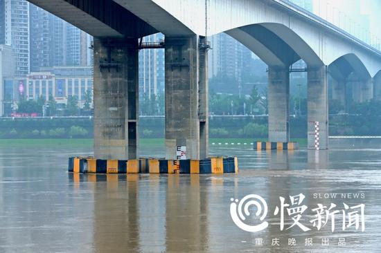 洪峰在黄花园桥礅上的水文标尺上定格