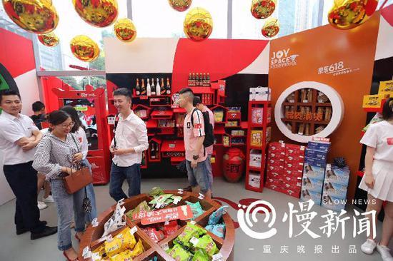 市民在线下购物商店选购商品