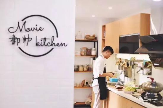 郝帅家的厨房墙上还特别放上了自己的logo