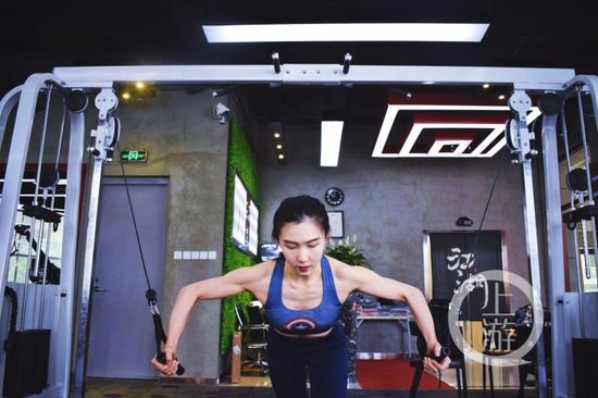 冯曦锐正在健身。