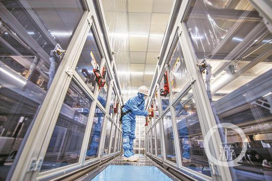惠科金渝液晶面板第8.6代线项目智能化生产车间专业设备巡检。 巴南宣传部供图