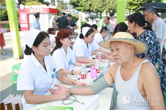 活动现场,为群众免费测血压