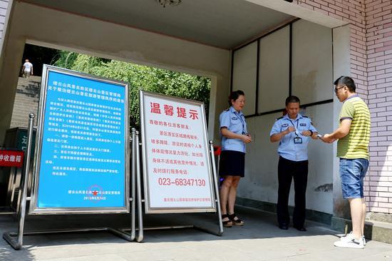 游客检票进入缙云山景区。霍吕 摄