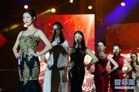 图为选手在晚装展示环节,左一为季军李希之。新华网 李相博 摄