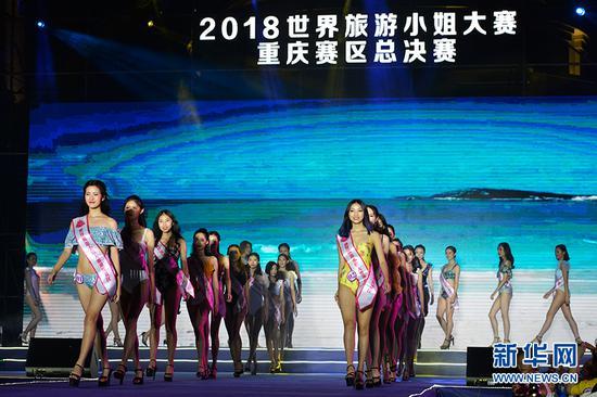 图为选手在泳装展示环节。新华网 李相博 摄